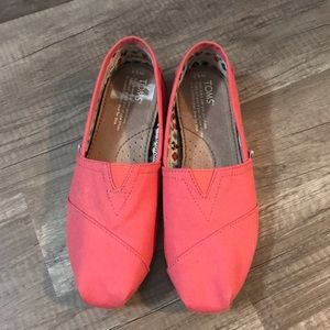 Like new coral Tom shoes women's size 5.5
